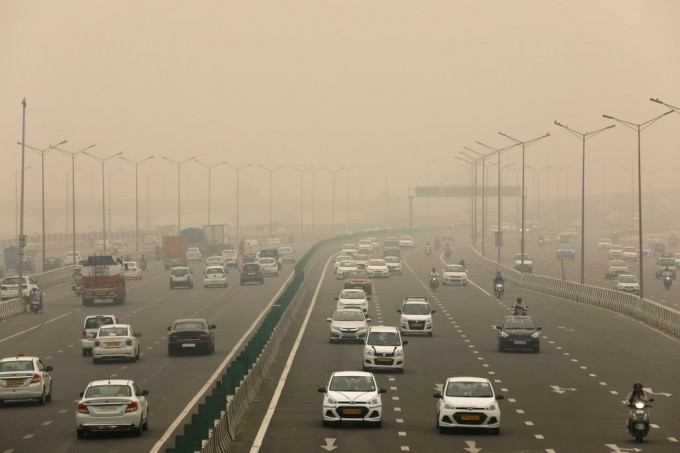 周六,新德里的一条高速公路。