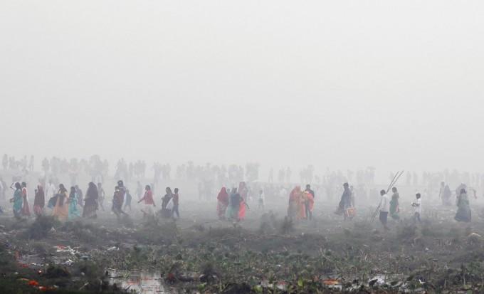 周日,新德里,印度教节日日神节的集会笼罩在一片雾霾中。