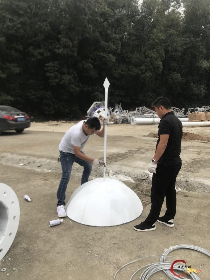 海光照明工作人员正在插接高杆灯一体