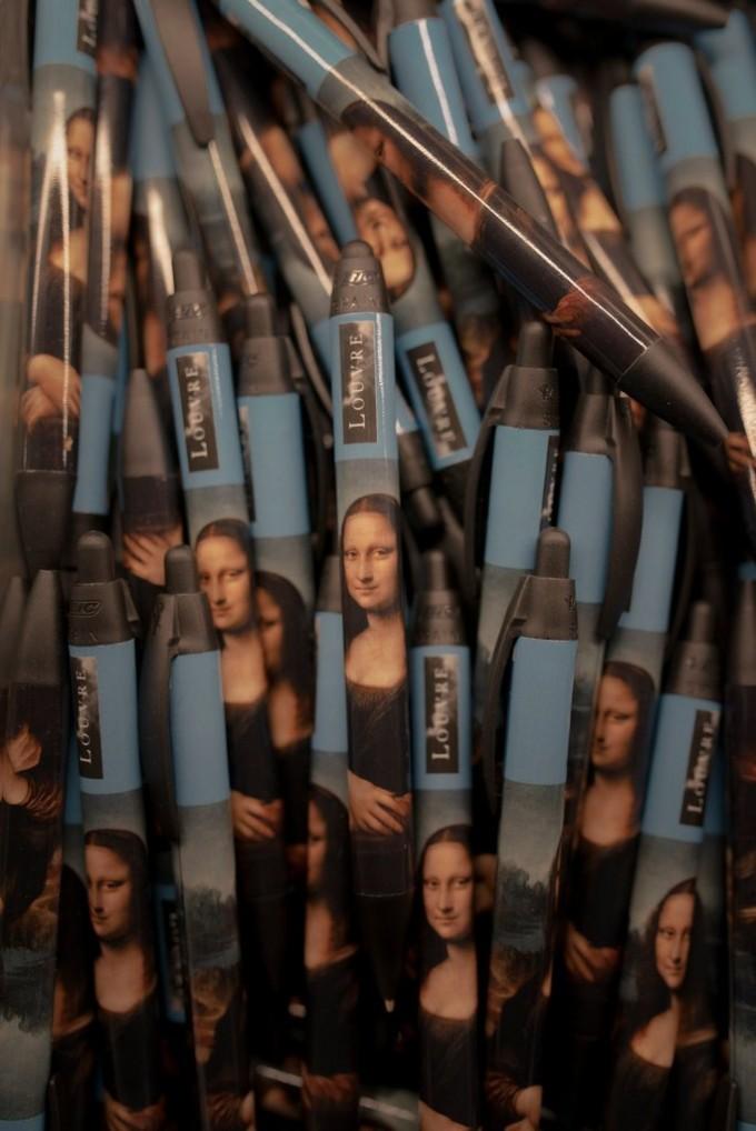 卢浮宫礼品店里的蒙娜丽莎笔。