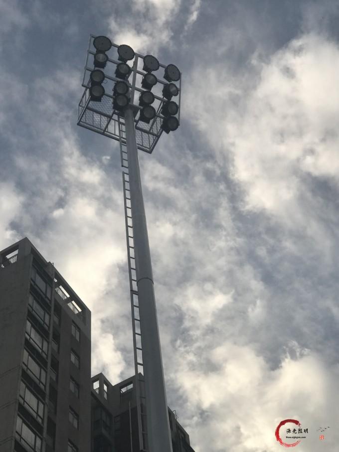 海光照明为广东东莞技师学院设计、生产、安装18米25米爬梯式高杆灯,并顺利圆满竣工