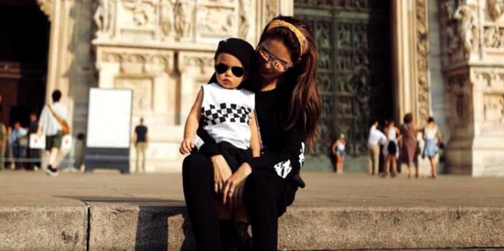 昆凌公开1岁儿子的正面照,一头金发睫毛很长,和周杰伦一样酷
