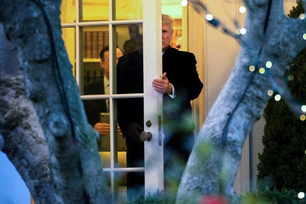周三,特朗普总统离开椭圆形办公室前往密歇根州参加竞选活动,当时众议院正在就弹劾进行辩论。
