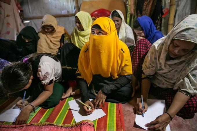 孟加拉国罗辛亚难民营一所女校的学生。