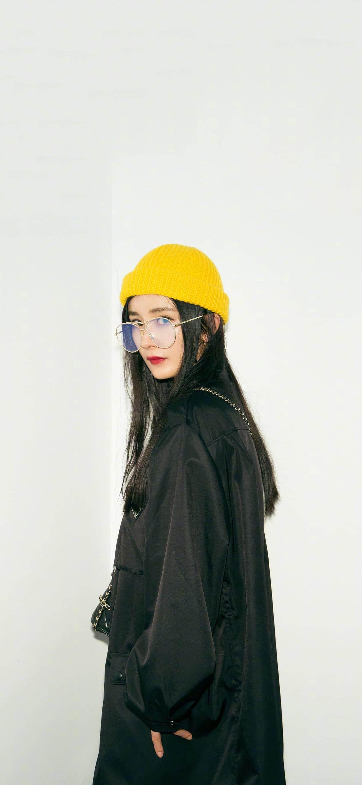 黄色小帽金丝边框眼镜尽显时尚气质-杨幂(5张)
