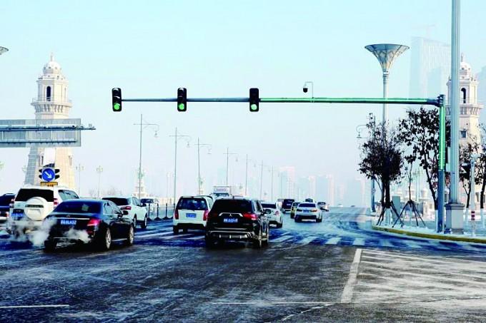增加LED辅助灯带灯杆就是灯 新型交通信号灯亮相冰城路口