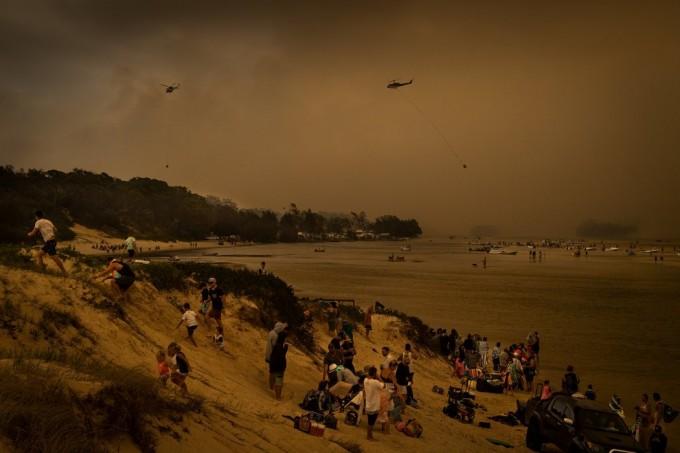 度假胜地康乔拉湖,周二游客在沙滩上避难。