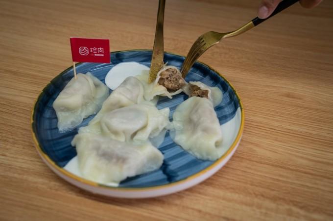 用北京的初创企业珍肉的植物基肉馅包的饺子。