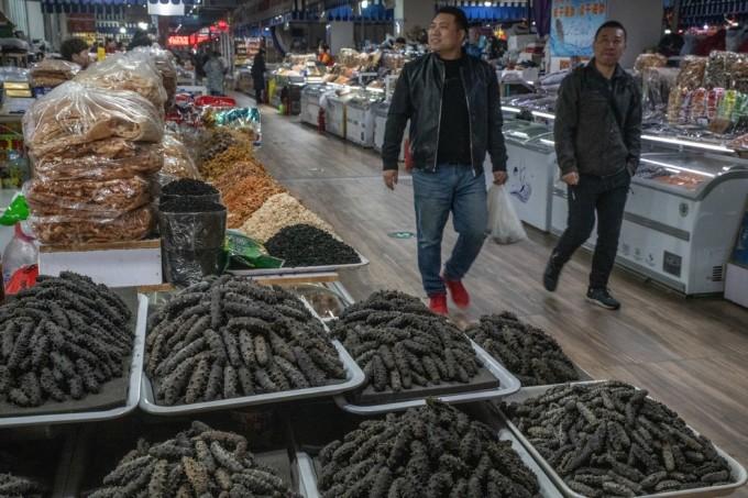 大连一家海鲜批发市场的干海参。
